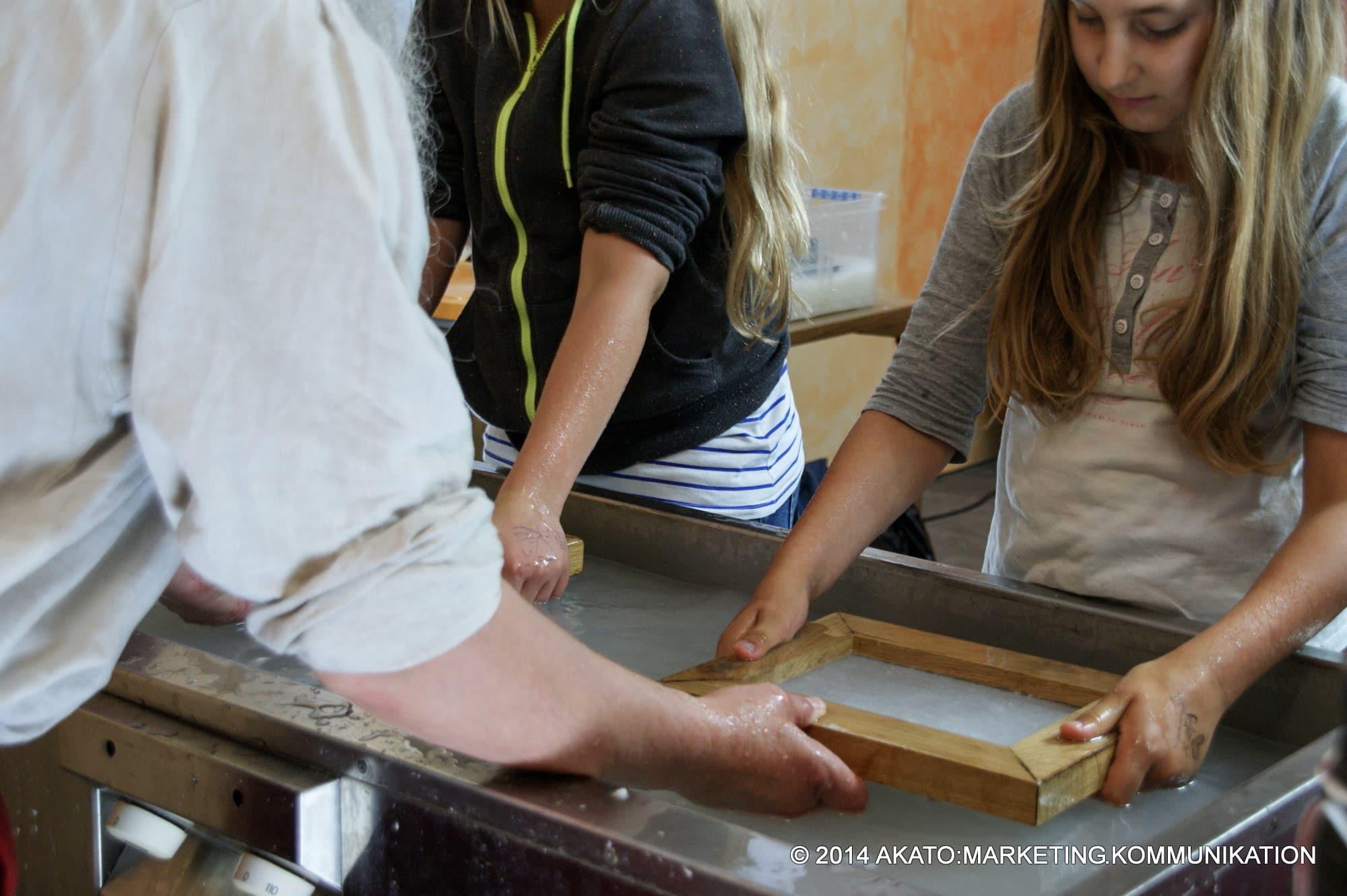 Martinus Jnssen - Papier schöpfen mit Kindern und Jugendlichen